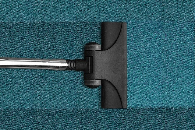 שטיחים מקיר לקיר הם כיסויים נפוצים. שטיחים אלה, נראים במשרדים רבים ובלובי של בתי מלון. הבעיה היא ששטיחים אלה עשויים להפריע בפתיחת דלתות. התחזוקה הינה קלה ובאמצעות שואב אבק חזק, ניתן לשאוב את האבק מדי יום והשטיחים יישארו נקיים. למרות זאת, אחת לשנה, יש לבצע ניקוי שטיחים מקיר לקיר באמצעות חברה המתמחה בניקוי כל סוגי השטיחים, כאשר היא מסתייעת במכשור משוכלל שנועד לניקוי יסודי של השטיחים ובאמצעות תכשירי ניקוי מקצועיים