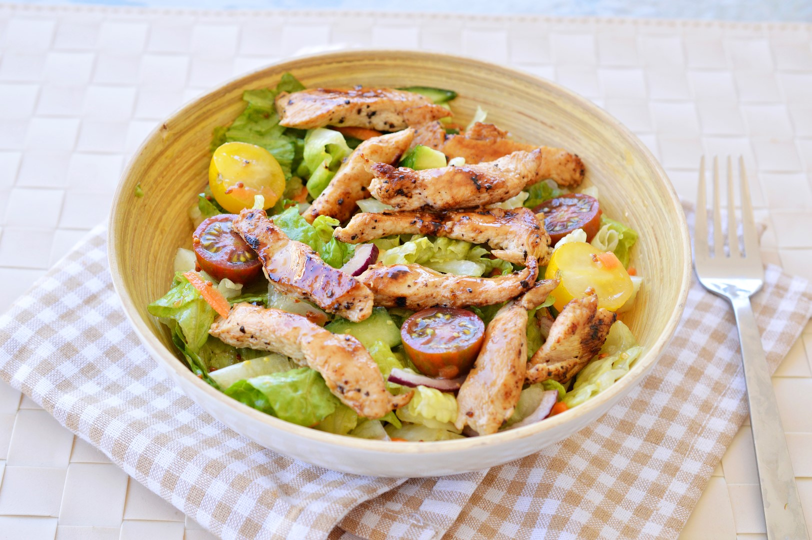 סלט ירקות טריים עם נתחי עוף