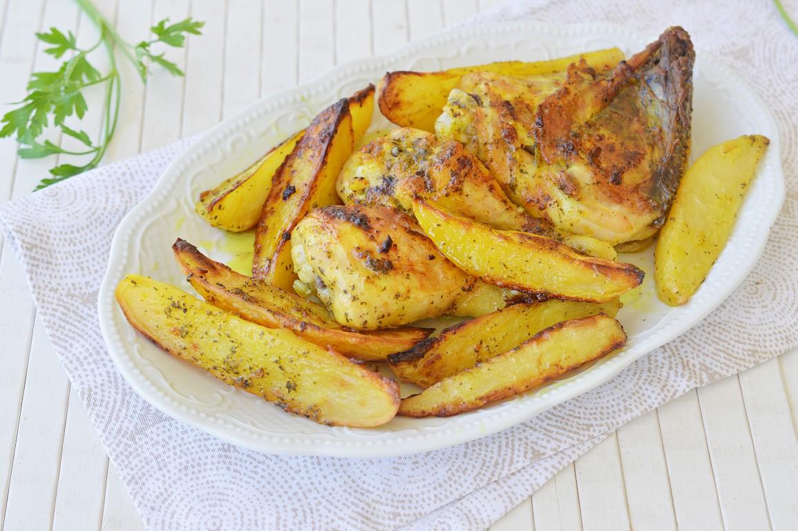 עוף ועשבי תיבול עם תפוחי אדמה בתנור ברוטב שום
