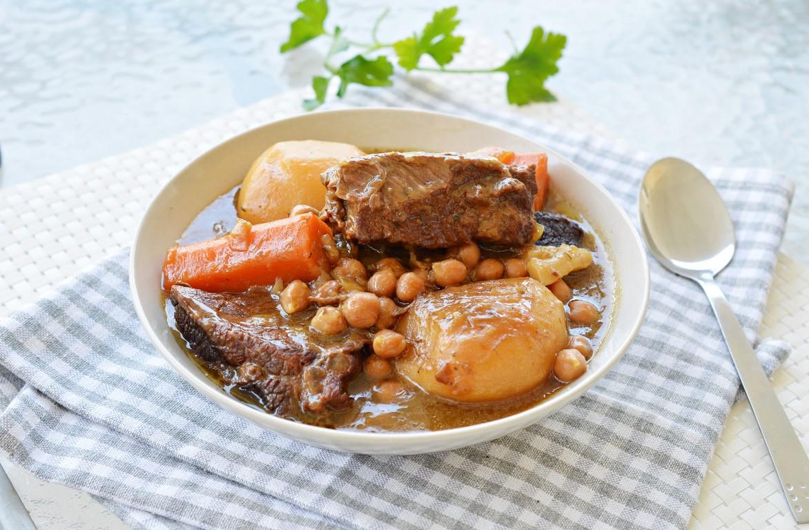 קדירת בשר בקר עם חומוס וירקות