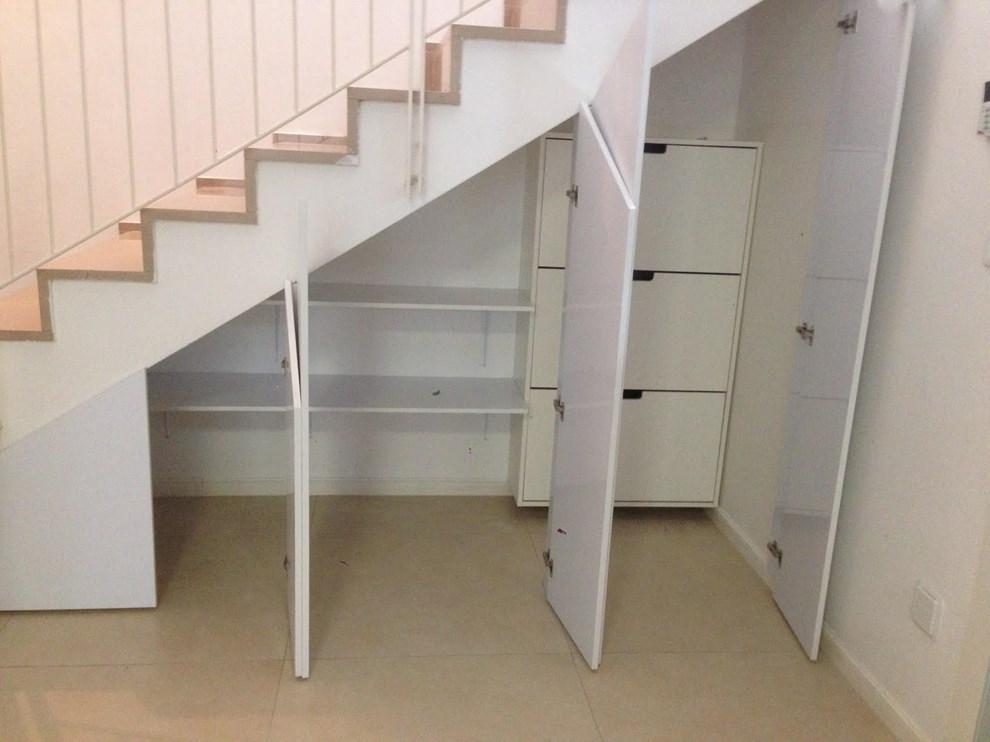 ארון שירות מתחת למדרגות