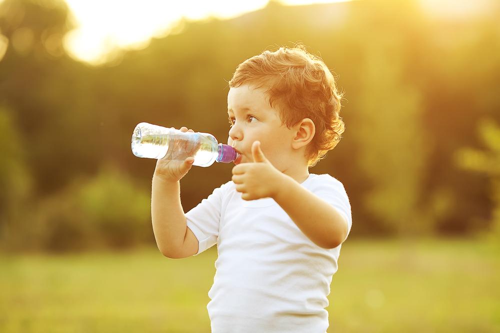 חשיבות שתיית מים עבור ילדים: למה וכמה